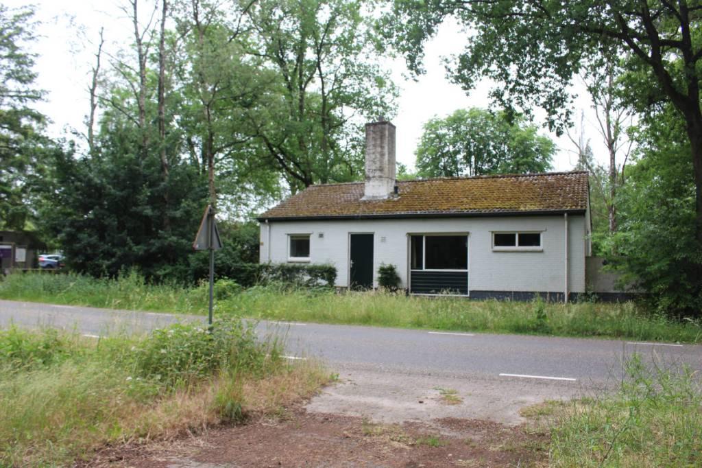 Het voormalige badhuis en garage van het woonoord Baarschot gezien vanaf de weg.