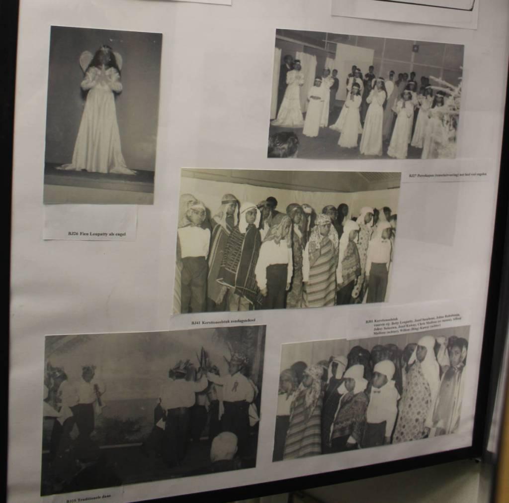 Postermap uit het Museum de Bewogen Jaren met foto's van kinderen uit kamp Lage Mierde, die allerlei activiteiten uitvoeren zoals toneelspel en dans.