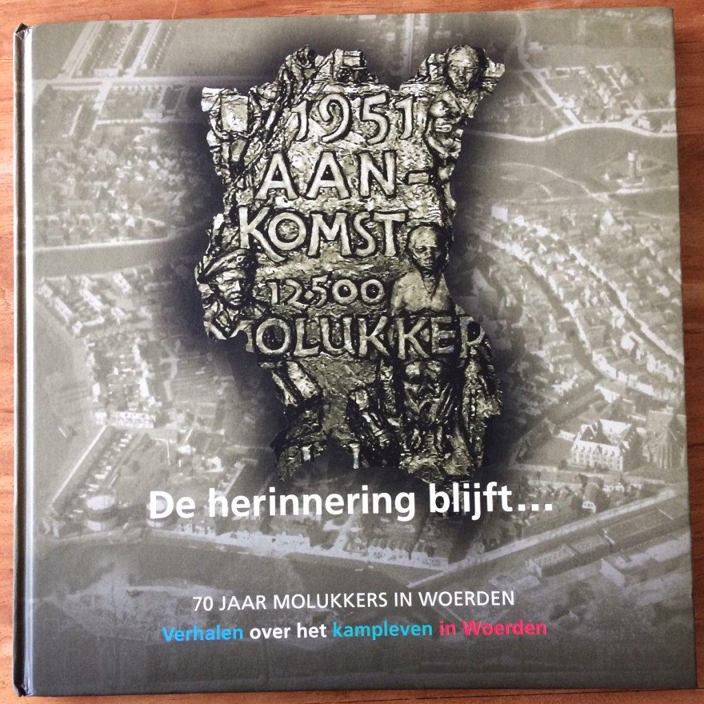 Voorkant van het boek De herinnering blijft 70 jaar Molukkers in Woerden. Verhalen over het kampleven in Woerden.