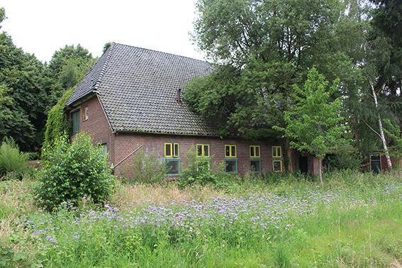 Het gebouw dat op een boerderij lijkt met de kantine en het ketelhuis in kamp Voorts te Teuge.