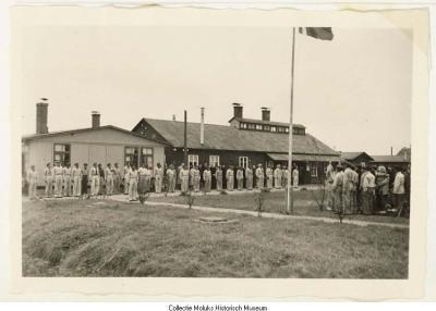Appel bij de RMS vlag in kamp Kleine Baal (foto: MHM F95-4206).
