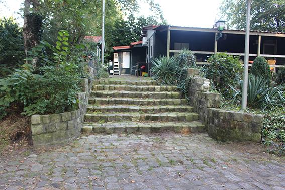 De eerste barak bij de ingang van   Moluks kamp Laarbrug met de originele trap.