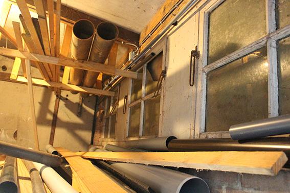 De originele ramen in barak 16 van kamp Laarbrug verstopt achter een nieuwe muur.