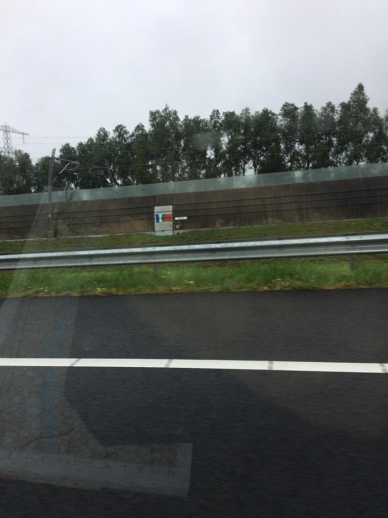 Graffiti van de RMS-vlag langs de snelweg richting woonoord Randwijk de Haar.